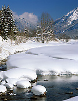 Deutschland, Bayern, Chiemgau zwischen Ruhpolding und Reit im Winkl: Winterlandschaft am Weitsee | Germany, Bavaria, Chiemgau between Ruhpolding and Reit im Winkl: winter scenery at lake Weitsee