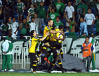 CALI -COLOMBIA-25-09-2014. Jugadores de Peñarol de Uruguay celebran un gol de Marcelo Zalayeta anotado a Deportivo Cali de Colombia durante partido por la segunda fase, llave 6, de la Copa Total Sudamericana 2014 jugado en el estadio Pascual Guerrero de la ciudad de Cali./ Players of Peñarol of Uruguay celebrate a goal from Marcelo Zalayeta scored to Deportivo Cali de Colombia during match for the second phase, key 6, of the Total Sudamericana Cup played at Pascual Guerrero stadium in Cali city.  Photo: VizzorImage/STR