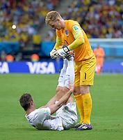 FUSSBALL WM 2014  VORRUNDE    Gruppe D     England - Italien                         14.06.2014 Torwart Joe Hart (re) entkrampft Gary Cahill (li, England)