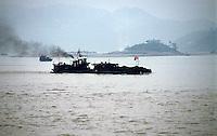 Yangtze-Fluss in der Provinz Hubei / China<br /> Die chinesische Regierung plant in der Provinz Hubei den Yangtze-Fluss mit einem Staudamm zur Stromgewinnung aufzustauen. Dabei werden ca. 3 Millionen Menschen umgesiedelt.<br /> Hier: Ein Frachter mit Kohle auf dem Yangtze-Fluss am Eingang zum &quot;Drei Schluchten-Nationalpark&quot;.<br /> 1992, Provinz Hubei / China<br /> Copyright: Christian-Ditsch.de<br /> [Inhaltsveraendernde Manipulation des Fotos nur nach ausdruecklicher Genehmigung des Fotografen. Vereinbarungen ueber Abtretung von Persoenlichkeitsrechten/Model Release der abgebildeten Person/Personen liegen nicht vor. NO MODEL RELEASE! Nur fuer Redaktionelle Zwecke. Don't publish without copyright Christian-Ditsch.de, Veroeffentlichung nur mit Fotografennennung, sowie gegen Honorar, MwSt. und Beleg. Konto: I N G - D i B a, IBAN DE58500105175400192269, BIC INGDDEFFXXX, Kontakt: post@christian-ditsch.de<br /> Urhebervermerk wird gemaess Paragraph 13 UHG verlangt.]
