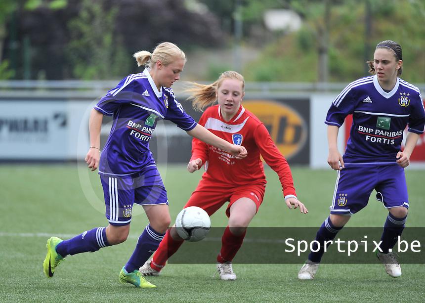 AA Gent Ladies U16 - RSC Anderlecht : Mathilde Quievy aan de bal voor Emma Vantornout (midden).foto DAVID CATRY / Nikonpro.be