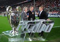 FUSSBALL   CHAMPIONS LEAGUE  VIERTELFINAL RUECKSPIEL   2011/2012      FC Bayern Muenchen - Olympic Marseille          03.04.2012 Paul Breitner (Mitte, FC Bayern Muenchen mit dem CHL Pokal (re) und Bastian Schweinsteiger (li, FC Bayern Muenchen)