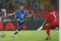 BOGOTA- COLOMBIA. 29-03-2015: Fernando Uribe (Izq) jugador de Millonarios disputa el balón con Luis Estacio (Der) arquero de Boyacá Chicó FC durante partido por la fecha 12 de la Liga Águila I 2015 jugado en el estadio Nemesio Camacho El Campín de la ciudad de Bogotá./ Fernando Uribe (L) player of Millonarios fights for the ball with Luis Estacio (R) goalkeeper of Boyaca Chico FC during the match for the 12th date of the Aguila League I 2015 played at Nemesio Camacho El Campin stadium in Bogotá city . Photo: VizzorImage / Nestor Silva / Str
