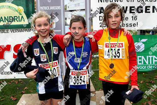 2009-11-01 / Atletiek / Veldloop Bonheiden / Pupillen Meisjes 2000:.1 3654 LAHEY LEONIE 00 SPBO 3'45 .2 3530 LAPORTE MORGAN 00 AVZK 3'48 (L).3 4335 NOUWEN CHARLOTTE 00 LIER 3'49 (R)..foto: mpics
