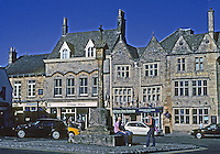 Stow on the Wold: The Marketplace. Post with cross. Photo '05.