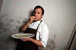 Noma - lo chef Ren&egrave; Redzepi mentre mangia la tartare di carne pensata in omaggio a Massimiliano Alajmo<br /> &copy; - Paolo della Corte