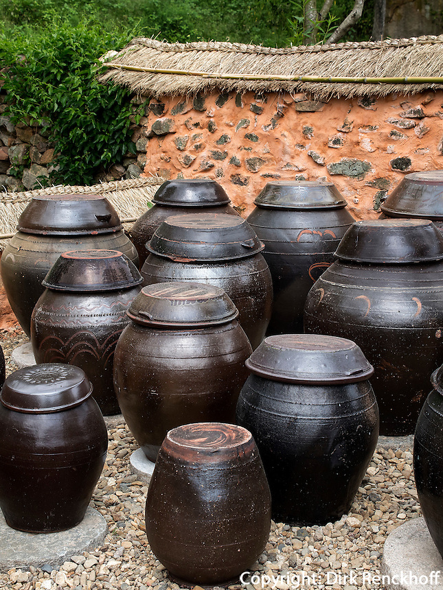 Kimchi-T&ouml;pfe im Folk-village Naganneupsong-ehemalige Festung, Provinz Jeollanam-do, S&uuml;dkorea, Asien<br /> Kimchi pottery in Folk-village Naganneupsong-, a former fortress, province Jeollanam-do, South Korea, Asia