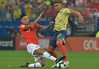 SAO PAULO – BRASIL, 28-06-2019: Roger Martinez de Colombia disputa el balón con Erick Pulgar de Chile durante partido por cuartos de final de la Copa América Brasil 2019 entre Colombia y Chile jugado en el Arena Corinthians de Sao Paulo, Brasil. / Roger Martinez of Colombia vies for the ball with Erick Pulgar of Chile during the Copa America Brazil 2019 quarter-finals match between Colombia and Chile played at Arena Corinthians in Sao Paulo, Brazil. Photos: VizzorImage / Julian Medina / Cont /