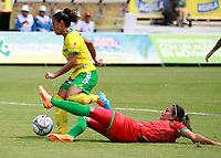 NEIVA, COLOMBIA, 03-06-2017: Mercedes Pereyra (Izq) del Atlético Huila disputa el balón con Daniela Ruiz (Der) del Cortulua durante partido de ida por la semifinal de la Liga Femenina Águila 2017 jugado en el estadio Guillermo Plazas Alcid de la ciudad de Neiva. / Mercedes Pereyra (L) player of Atletico Huila fights for the ball with Daniela Ruiz (R) player of Cortulua during first leg match for the semifinal of the Aguila Women League 2017 played at Guillermo Plazas Alcid in Neiva city. VizzorImage / Sergio Reyes / Cont