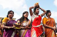 Nederland Den Helder  2016  06 26. Jaarlijkse tempelfeest bij de Hindoe tempel in Den Helder.. Vereniging Sri Varatharaja Selvavinayagar voltooide in 2003 het gebouw dat wordt gebruikt voor het bevorderen van kunst en cultuur. Een ander deel wordt gebruikt voor het praktiseren van religieuze waarden. Het hoogtepunt van de feestperiode is het voorttrekken van de wagen ( chithira theer of ratham ). Dit is een kleurrijke optocht, waarbij de godheid Ganesh in de wagen wordt voortgetrokken door gelovigen. Rituelen bij de tempel.  Foto Berlinda van Dam /  Hollandse Hoogte