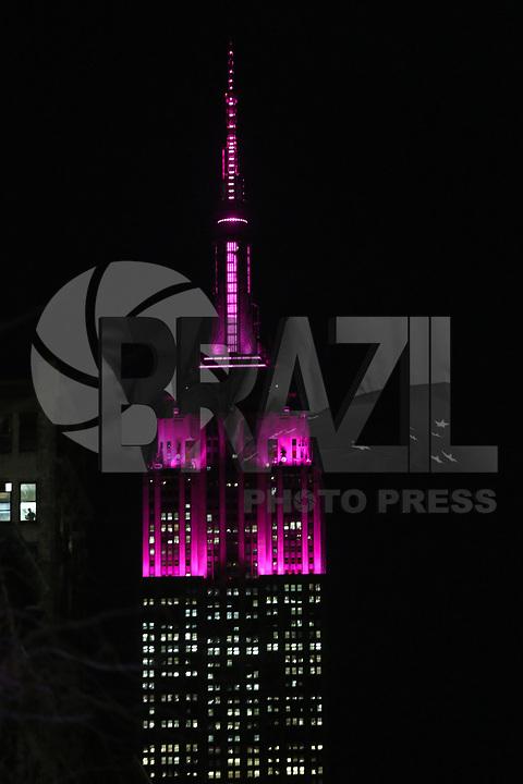 NEW YORK,NY, 08.03.2017 - DIA-MULHER - Empire State Building é visto na iluminado de cor de rosa em homenagem dia internacional da Mulher e fotografado da Praça Washington Square em Manhattan na cidade de New York nos Estados Unidos nesta quarta-feira, 08. (Foto: Vanessa Carvalho/Brazil Photo Press)