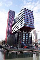 Nederland - Rotterdam - 26 maart 2018.  The Red Apple (2009) is een 127 meter hoog gebouw gesitueerd op de kop van het Wijnhaveneiland in Rotterdam. Het ontwerp is van KCAP Architects and Planners in opdracht van wooncorporatie Havensteder. The Red Apple is een gevarieerd bouwblok met 231 appartementen, kantoren, winkels en horeca op een oppervlakte van 35.000 m2.   Foto Berlinda van Dam / Hollandse Hoogte.