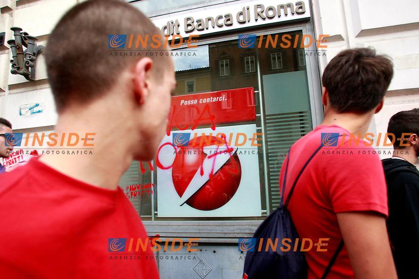 Una scritta sulla vetrina di una banca.Roma 27/10/2012 Manifestazione No Monti Day contro la politica economica del Governo..Demostration against Italian Government - No Monty Day..Photo Samantha Zucchi Insidefoto