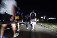 SAO PAULO, SP, 11.10.2014 - ROMEIROS - APARECISA-SP - Romeiros caminham pelo acostamento da Rodovia Dura sentido a Santuário Nacional de Nossa Senhora de Aparecida, neste sábado (11)  (Foto: Marcelo Brammer / Brazil Photo Press).