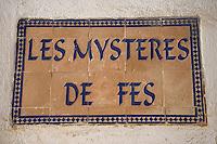 """Afrique/Afrique du Nord/Maroc/Fèz: dans la médina enseigne d'une boutique d'artisanat """"Les mystères de Fez"""""""