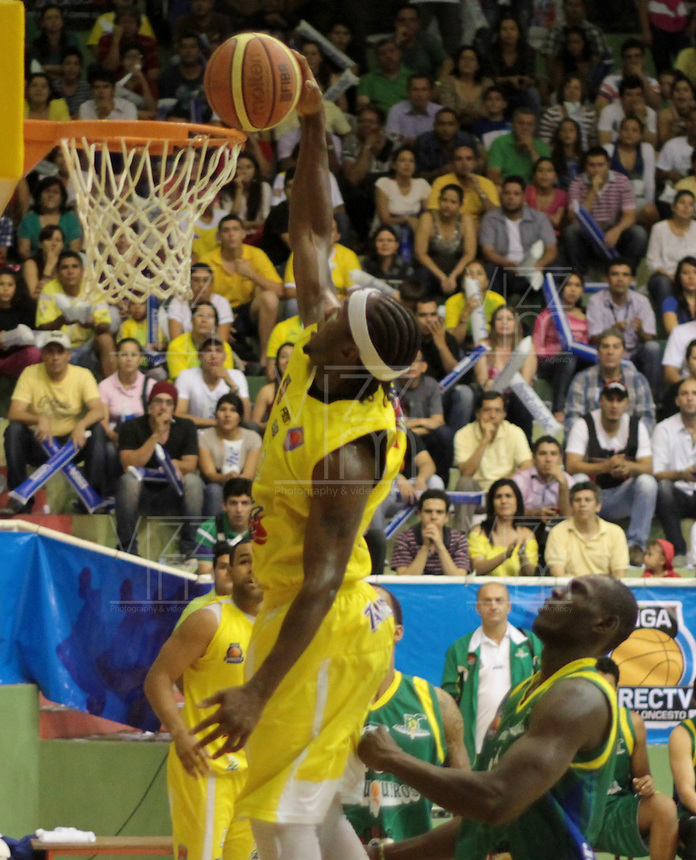 BUCARAMANGA -COLOMBIA, 10-06-2013. Jason Edwin de Búcaros realiza una clavada en contra de Bambuqueros durante el juego 3 de la final en la DirecTV de baloncesto Profesional de Colombia realizado en el Coliseo Vicente Díaz Romero de Bucaramanga./ Jason Edwin of Bucaros makes the dunk against Bambuqueros during the game 3 of the final on DirecTV professional basketball League in Colombia at Vicente Diaz Romero coliseum in Bucaramanga. Photo: VizzorImage / Jaime Moreno / STR