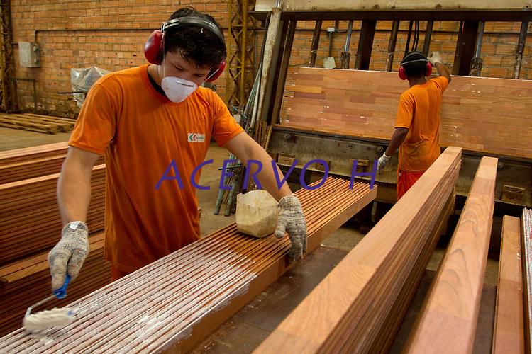 Processo de beneficiamento industrial da madeira. <br /> Produção de painéis, pisos e decks .<br /> Distrito industrial, Ananindeua, Pará, Brasil.<br /> Foto: Paulo Santos<br /> 04/2013