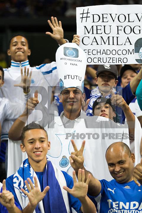 BELO HORIZONTE, MG, 04.05.2014 – COPA LIBERTADORES DA AMÉRICA 2014 – CRUZEIRO X SAN LORENZO Torcedores  do Cruzeiro durante jogo contra San Lorenzo valido pela Quartas de Finais, no estádio Minerão, na noite desta Quarta (14) (Foto: MARCOS FIALHO / BRAZIL PHOTO PRESS)