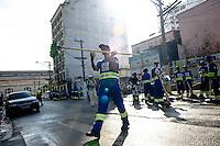 SAO PAULO, SP, 17.01.2014.SP - OPERAÇÃO/CRACOLÂNDIA/REMOÇÃO - Segundo dia da operação cracolândia, os participantes começaram a trabalhar hoje limpando a Rua Alamade Dino Bueno na propria cracolândia     -(Foto: Adriano Lima / Brazil Photo Press)