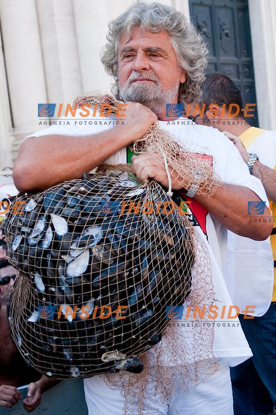 COZZA DAY PER IL PARLAMENTO PULITO MANIFESTAZIONE ORGANIZZATA DAL MOVIMENTO 5 STELLE..NELLA FOTO BEPPE GRILLO..ROMA 10 SETTEMBRE  2011..PHOTO  INSIDEFOTO..............................