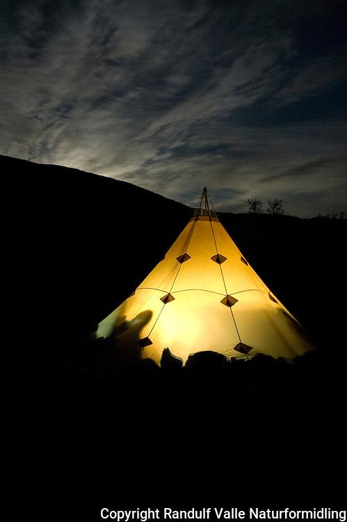 Lavvo lyser en mørk høstkveld ---- Lavvo at night