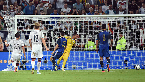 03.09.2014. Esprit Arena, D&uuml;sseldorf, Germany. International football friendly match. Mario Gomez (Ger) watches as the shot from Goetz goes past Argentina's keeper Romero<br />