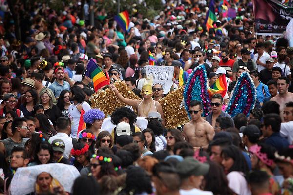 """CMX08. CIUDAD DE MÉXICO (MÉXICO), 24/06/2017.- Cientos de personas participan en la 39° edición de la marcha del orgullo LGBT este sábado 24 de junio de 2017, en Ciudad de México (México). Convocados por el lema """"Respeta mi familia, mi libertad, mi vida"""", miles de personas participaron hoy en la Marcha del Orgullo Lésbico, Gay, Bisexual y Transexual (LGBT) en la Ciudad de México, donde recordaron que, pese a los avances significativos de los últimos años, aún queda """"mucho"""" por hacer. Un año más, el céntrico Ángel de la Independencia fue el punto de partida para una extensa marcha que ya celebra su 39 edición y que es uno de los días de referencia para reivindicar los derechos de un colectivo que sigue afrontando la lacra de la exclusión y la violencia, como demuestra el dato de que, en promedio, sufren seis homicidios al mes. EFE/Sáshenka Gutiérrez"""