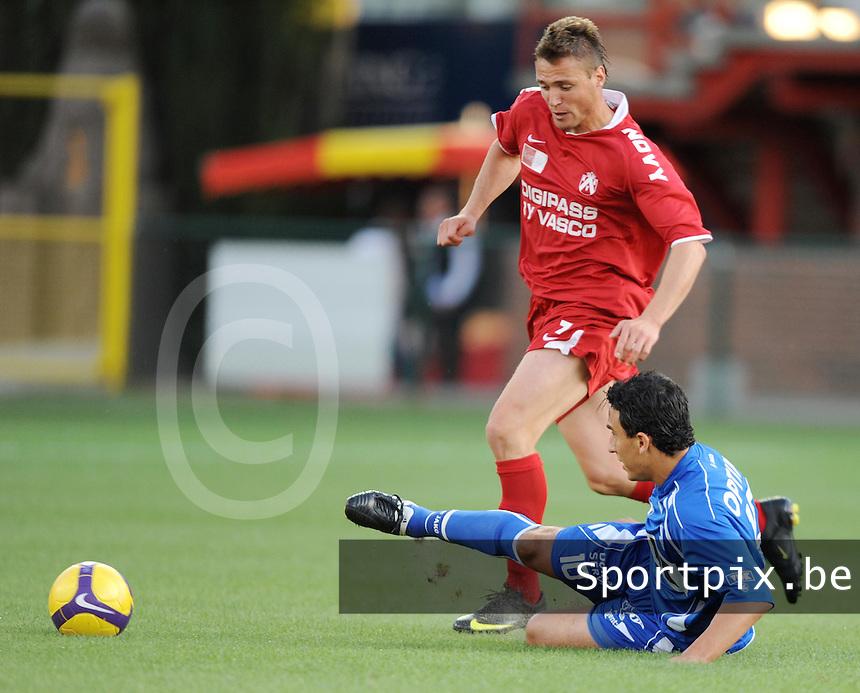 KV Kortrijk - AA Gent.de doorgebroken Leon Benko gaat voorbij Randall Azofeifa.foto VDB / BART VANDENBROUCKE
