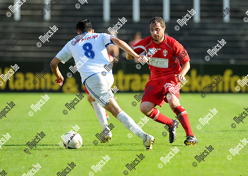 2011-09-02 / Voetbal / seizoen 2011-2012 / Lyra - St-Gillis-Waas / Sven Hendrickx (r, Lyra) met Nourredine Ben Omar..Foto: Mpics