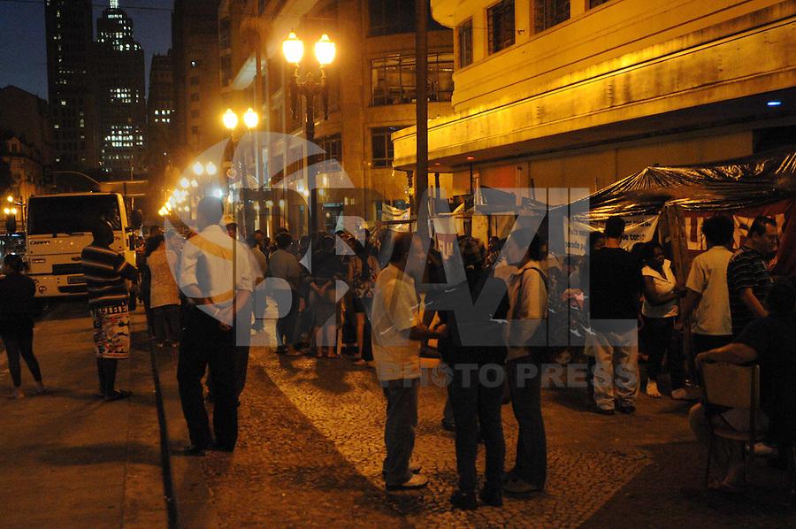 SAO PAULO, SP, 03 DE FEVEREIRO DE 2012 Retirada do Moradores da Av Sao Joao no centro de Sao Paulo (FOTO: ADRIANO LIMA - NEWS FREE).