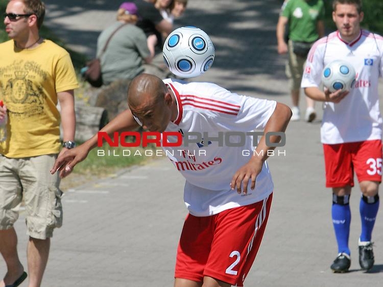 1.Liga FBL 2009/2010 HSV-Trainingsvorbereitung <br /> <br /> <br /> Zaubereinlage von Alex Silva (Nr.2) vor Trainingsbeginn an der HSH-Nordbank Arena.<br /> <br /> <br /> <br /> Foto &copy; nph (nordphoto)<br /> <br /> *** Local Caption ***