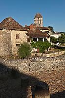 Europe/France/Aquitaine/24/Dordogne/Saint-Jean-de-Côle: Le pont médiéval enjambe la Côle, en fond le  toits des maisons du village et le clocher de l'église - Plus Beaux Villages de France