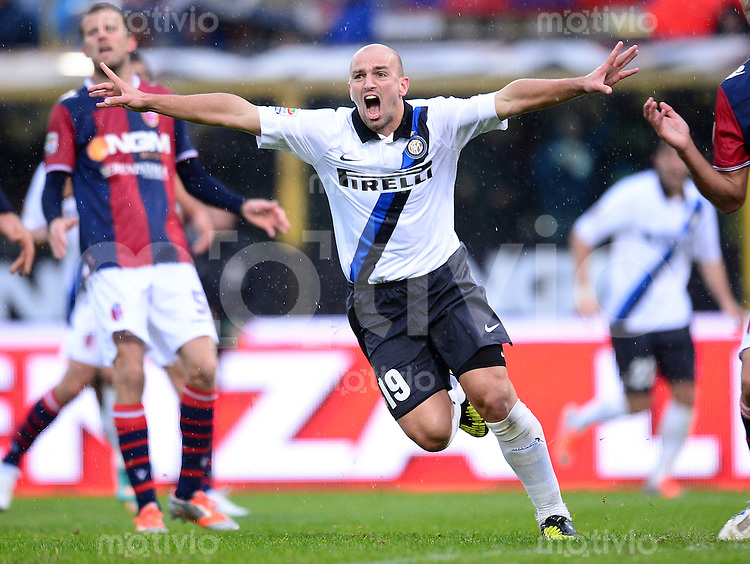 FUSSBALL INTERNATIONAL   SERIE A   SAISON 2012/2013    Bologna - Inter Mailand  28.10.2012 Jubel Esteban Cambiasso (Inter Mailand)
