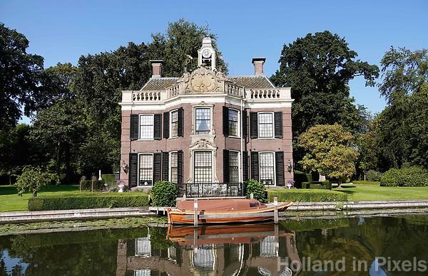 Nederland  Nieuwersluis - Augustus 2018. De buitenplaats Rupelmonde is gesticht door de Vlaming A. van Ghesel. Rupelmonde was in eerste instantie een sobere herenhofstede. Na een ingrijpende verbouwing in 1768 in opdracht van Jacob Berthon kreeg het buiten een uitstraling met meer allure. Zowel het exterieur als het interieur werd verfraaid met elementen in Lodewijk XIV- en XV-stijl. Het koetshuis stamt uit de 18de eeuw en is een typisch voorbeeld van Hollandse barok. In 1924 werd het verbouwd tot woning. Dit buitenhuis is privebezit.  Foto Berlinda van Dam / Hollandse Hoogte
