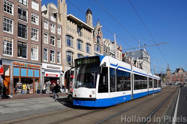 Tram op het Damrak in Amsterdam