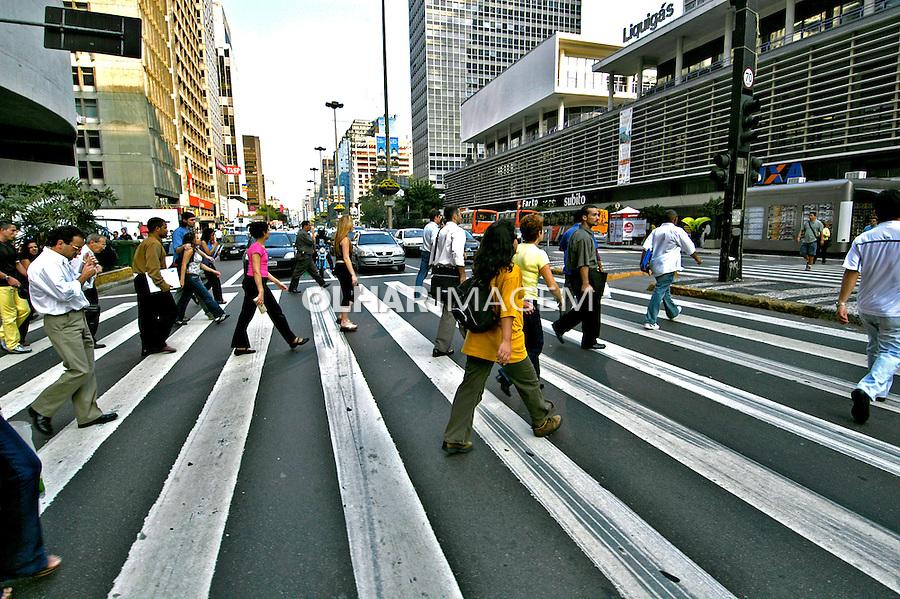 Faixa de pedestres na Avenida Paulista, São Paulo. 2004. Foto de Juca Martins.