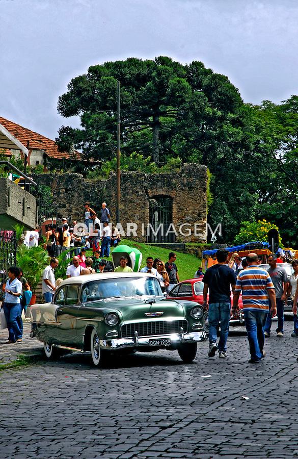 Exposição de carros antigos no centro histórico de  Curitiba. Paraná. 2007. Foto de Zig Koch.