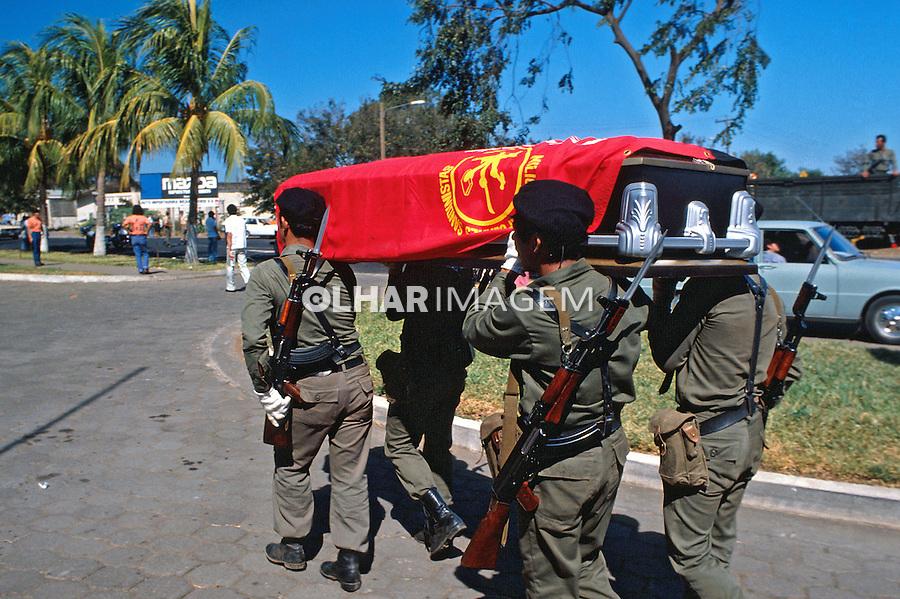 Soldados sandinistas mortos em combate. Manágua, Nicarágua. 1981. Foto de Juca Martins.