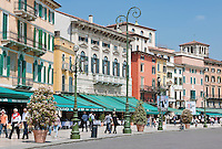 Italy, Veneto, Province Capital Verona: Cafes and Restaurants at west side of Piazza Bra across from the Amphitheatre Arena di Verona | Italien, Venetien, Provinzhauptstadt Verona: Restaurants und Cafes auf der Westseite der Piazza Bra gegenueber dem Amphitheater Arena di Verona