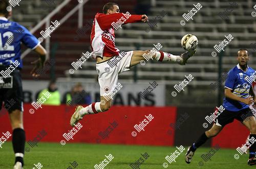 2009-10-28 / Voetbal / BVB / R Antwerp FC - Dender / Benjamin Lambot (Antwerp) neemt de bal aan in het strafschopgebied, maar kan niet scoren...foto: mpics