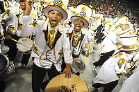 VAI-VAI - Integrantes da escola de samba Vai Vai durante desfile no primeiro dia do Grupo Especial no Sambódromo do Anhembi na região norte da capital paulista, na madrugada deste sábado, 09. (FOTO: Guilherme Kastner / BRAZIL PHOTO PRESS).