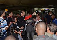 SAO PAULO, SP, 15 MARCO 2013 Rogerio Ceni tenta chamar taxi sem sucesso no desembarquer da equipe do  Sao Paulo após partida contra o Arsenal da Argentina valida pela taca Libertadores da America, no aeroporto de Cumbica , em Guarulhos. nesta sexta feira 15. (FOTO: ALAN MORICI / BRAZIL PHOTO PRESS).