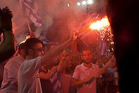 Elezioni in Grecia. Atene, manifestazione conclusiva di Nea Democratia in Piazza Sintagma 15 giugno 2012. Manifestanti con bandiere e fumogeni.