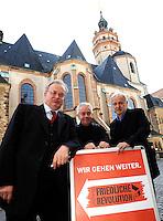 9.Oktober 1989 in Leipzig - Pfarrer Christian Führer (mi.) mit Friedrich Schorlemmer (li.) und Werner Schulz ( DDR Bürgerrechtler und Bundestagsabgeordneter der Grünen) vor der Nikolaikirche. Porträt . Foto: Norman Rembarz..Norman Rembarz  , Autorennummer 41043728 , Holbeinstr. 14, 04229 Leipzig, Tel.: 01794887569, Hypovereinsbank: BLZ: 86020086, KN: 357889472, St.Nr.: 231/261/06432 - Jegliche kommerzielle Nutzung ist honorar- und mehrwertsteuerpflichtig! Persönlichkeitsrechte sind zu wahren. Es wird keine Haftung übernommen bei Verletzung von Rechten Dritter. Autoren-Nennung gem. §13 UrhGes. wird verlangt. Weitergabe an Dritte nur nach  vorheriger Absprache..