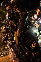 RIO DE JANEIRO; RJ; 20.10.2013 - Integrantes do Exército Brasileiro e da Força Nacional estão postados na noite deste domingo em frente do Hotel Windsor Barra, zona oeste da cidade, onde será realizado o leilão do Campo de Libra nesta segunda-feira (21). FOTO: NÉSTOR J. BEREMBLUM - BRAZIL PHOTO PRESS