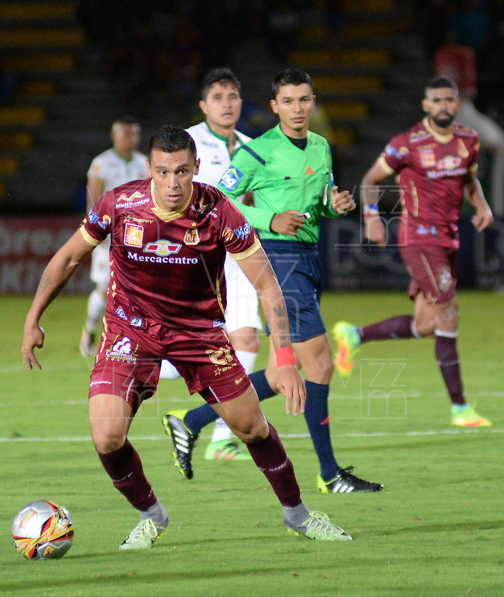 IBAGUÉ -COLOMBIA, 12-08-2015. Victor Aquino (Izq) jugador de Deportes Tolima en acción durante el encuentro con Patriotas FC por la fecha 16 de la Liga Aguila II 2016 jugado en el estadio Manuel Murillo Toro de la ciudad de Ibagué./ Victor Aquino (L) player of  Deportes Tolima in action during the match against Patriotas FC for the date 16 of the Aguila League II 2016 played at Manuel Murillo Toro stadium in Ibague city. Photo: VizzorImage / Juan Carlos Escobar / Str