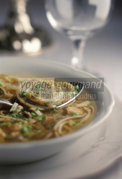 """Europe/Allemagne/Forêt-Noire/Glottertal:  Soupe de  crêpes au bouillon de volaille recette de Hans-Paul Steiner de l'Hotel """"Hirschen"""""""