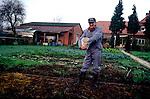 Geel-Belgio  Christoffel al centro con Dirck e Izaak i due pazienti che ospita a casa. Dirck e Izaak  si occupano dell'orto e aiutano nelle faccende domestica Maartje.