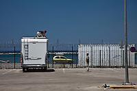 Grecia, Patrasso 2011: rifugiati cercano di nascondersi in un camper per entrare clandestinamente in Italia. Grece ville de Patras  2011 - refugies  cherchent de s introduire dans un camper pour rentrer clandestinement en Italie