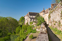 France, Indre (36), le Berry, Saint-Benoît-du-Sault, labellisé Les Plus Beaux Villages de France, chevet de l'église romane du XIe siècle depuis le chemin de ronde // France, Indre, Berry region, Saint Benoit du Sault, labelled Les Plus Beaux Villages de France (The most beautiful villages of France), chevet of the Romanesque church of 11th century from  covered way